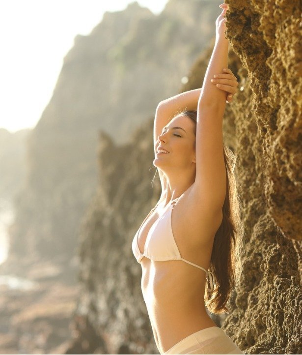 perfect-woman-body-and-skin-in-the-beach-picture-id621379044